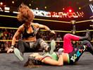 WWE女子撕衣-内衣肉搏赛:贝莉(夏洛特)vs贝琪美林(莎莎)-NXT摔角2014年11月20日