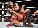 WWE女子撕衣-内衣肉搏赛:AJ女郎&内奥米vs贝拉姐妹(尼基贝拉&布里贝拉)