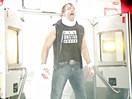 WWE狂傲神君救护车超帅出场!迪安布罗斯带伤出场复仇痛扁布雷怀亚特-RAW摔角