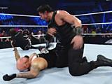 【中文官方解说】WWE围攻罗门伦斯的下场!罗曼雷恩斯大发神威飞冲肩撞爆子弹
