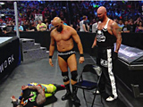 【中文官方解说】WWE子弹双龙pk乌索兄弟!卢克加洛斯&卡尔安德森铁椅痛扁